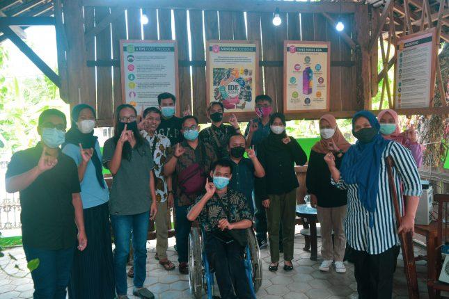 Komunitas remaja dan remaja penyandang disabilitas berfoto bersama setelah mengikuti FGD.