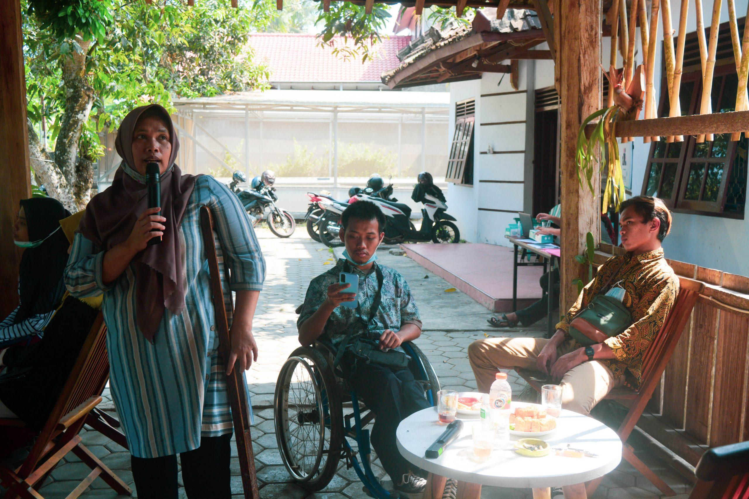 Direktur SAPDA Nurul Saadah Memberikan Pemaparan Tentang HKSR kepada Remaja dan Remaja Disabilitas di Kulon Progo
