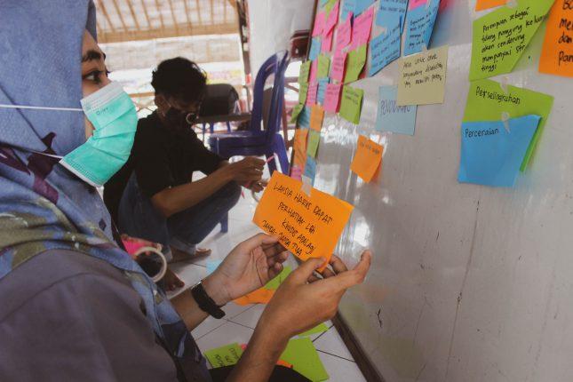 Peserta Diskusi Alokasi Pendanaan bagi Kelompok Rentan sedang Memetakan Dampak Ekonomi, Pendidikan, Psikologi, Keluarga, dan Kesehatan dari Pandemi COVID-19. Kegiatan ini Bertujuan untuk Mengidentifikasi Kerentanan Penyandang Disabilitas, Lansia, Anak-anak, Perempuan Kepala Rumah Tangga/Pencari Nafkah Utama, dan Kelompok Minoritas Seksual dan Gender di Tengah Situasi Pandemi.