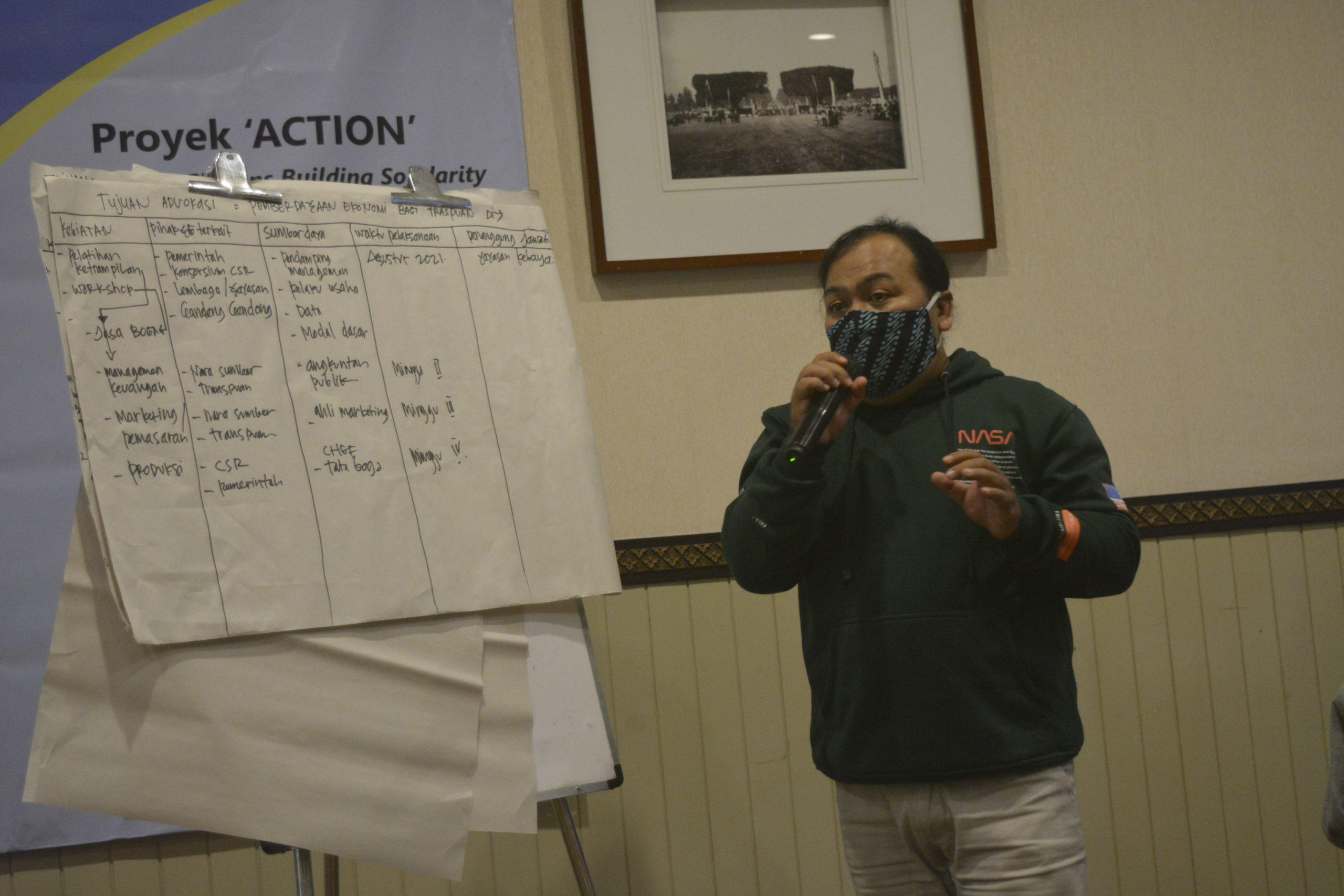 Arum, perwakilan kelompok minoritas gender dan seksual dari Yayasan Kebaya sedang mempresentasikan rencana advokasi pendanaan pemerintah ketika menjadi peserta dalam lokakarya lanjutan Alokasi Pendanaan bagi Kelompok Rentan pada 28 dan 29 Juni 2021 di Kota Yogyakarta